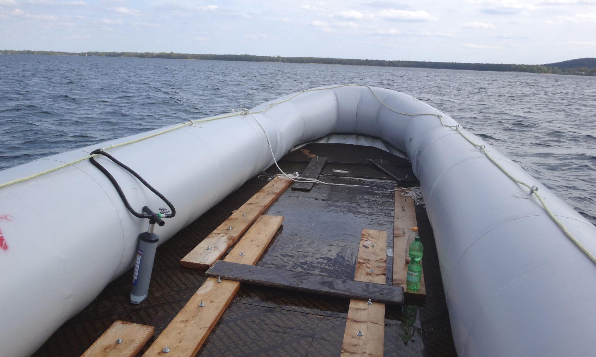 Das Refugee Boat auf dem Wasser